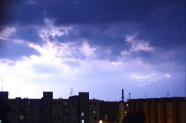 Teljesen kivilágosodott az éjszakai égbolt – látványos villámot csíptek el Dunaszerdahelyen