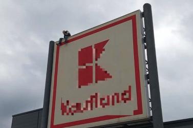 A Kaufland tetejéről akart leugrani egy szlovák férfi!