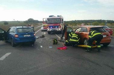 SÚLYOS BALESET: Az R7-es felhajtójánál karambolozott két személykocsi Somorjánál