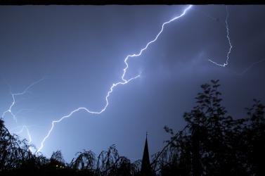Az átlagosnál erősebb vihar csaphat le vasárnap az ország nyugati felére