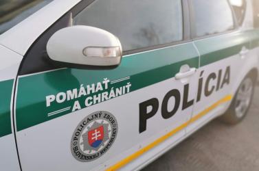 Fogta a vaskeretet és a rendőrök közé dobta – buli volt Pozsony belvárosában! (Videó)